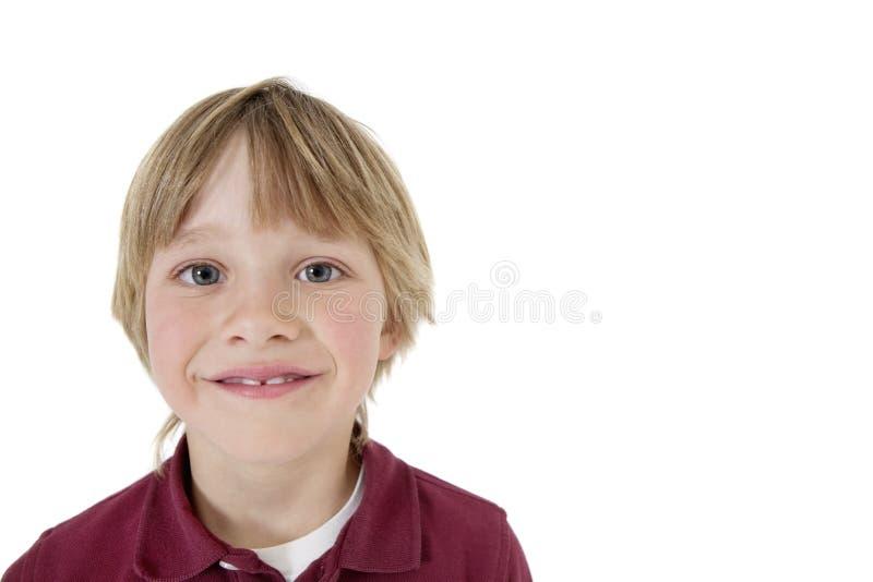 Närbildstående av en lycklig skolapojke över vit bakgrund royaltyfri foto