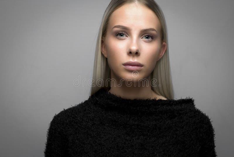 Närbildstående av en tillfällig blond kvinna i raseriöverkant royaltyfri bild