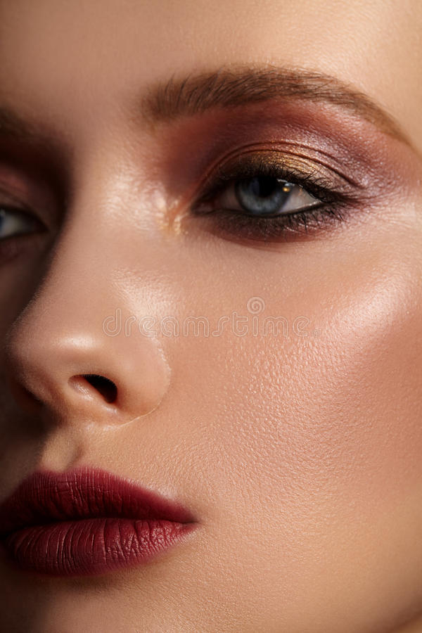 Närbildstående av flickan med ljus röd makeup royaltyfria bilder