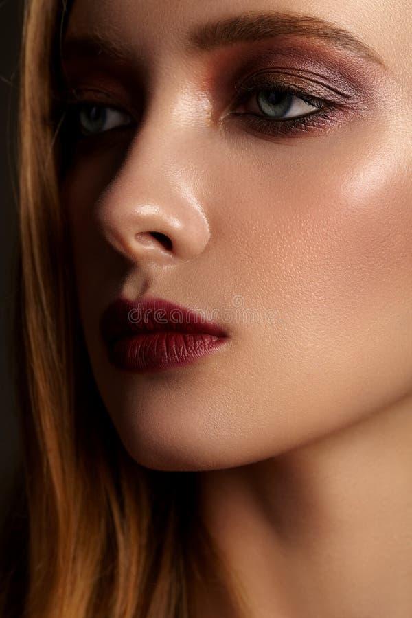 Närbildstående av flickan med ljus röd makeup royaltyfria foton