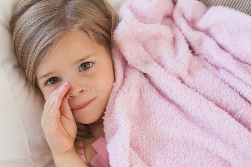 Närbildstående av gulligt vila för ung flicka royaltyfria foton