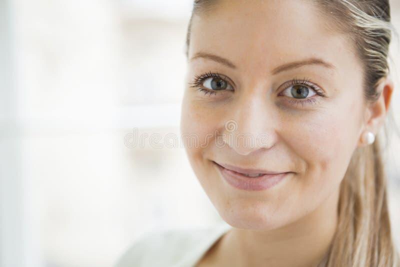 Närbildstående av härligt le för ung kvinna royaltyfria foton
