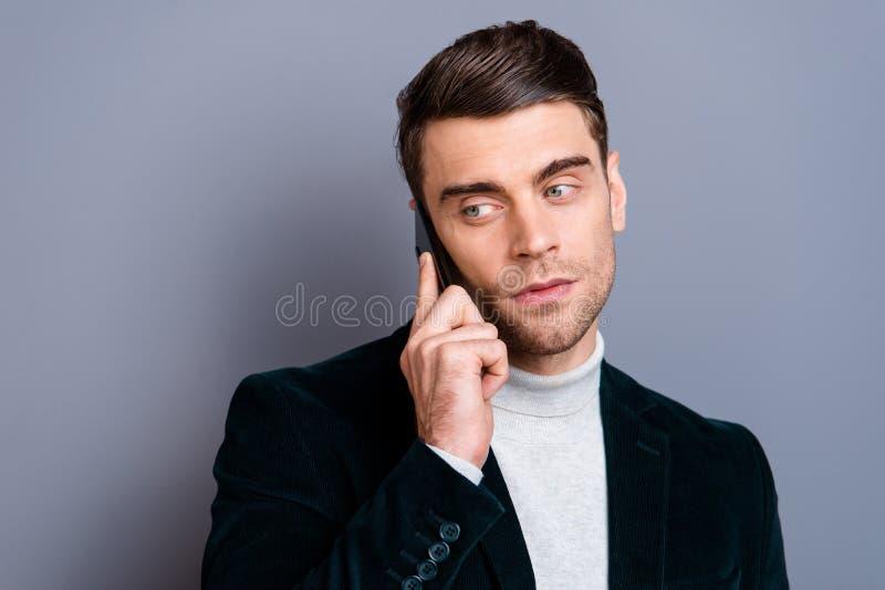 Närbildstående av hans honom använda för blazer för velvetin för trevlig chic flott attraktiv stilig skäggig innehållsgrabb som b arkivfoton