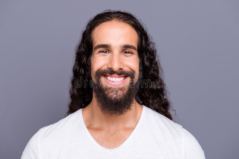 Närbildstående av hans honom trevlig mogen brunn-ansad attraktiv gladlynt glad optimistisk krabb-haired grabbmustasch fotografering för bildbyråer