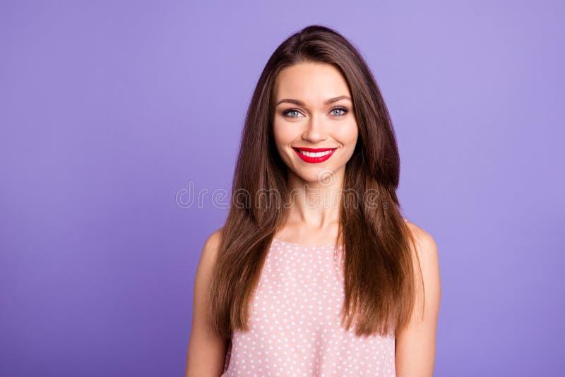 Närbildstående av henne henne som Nice-ser charmigt gulligt sött trevligt förtjusande attraktivt brunn-ansat gladlynt glat royaltyfri foto