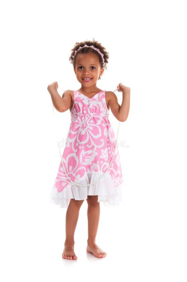 Närbildstående av mulattunga flickan med lockigt hår le för framsida fotografering för bildbyråer
