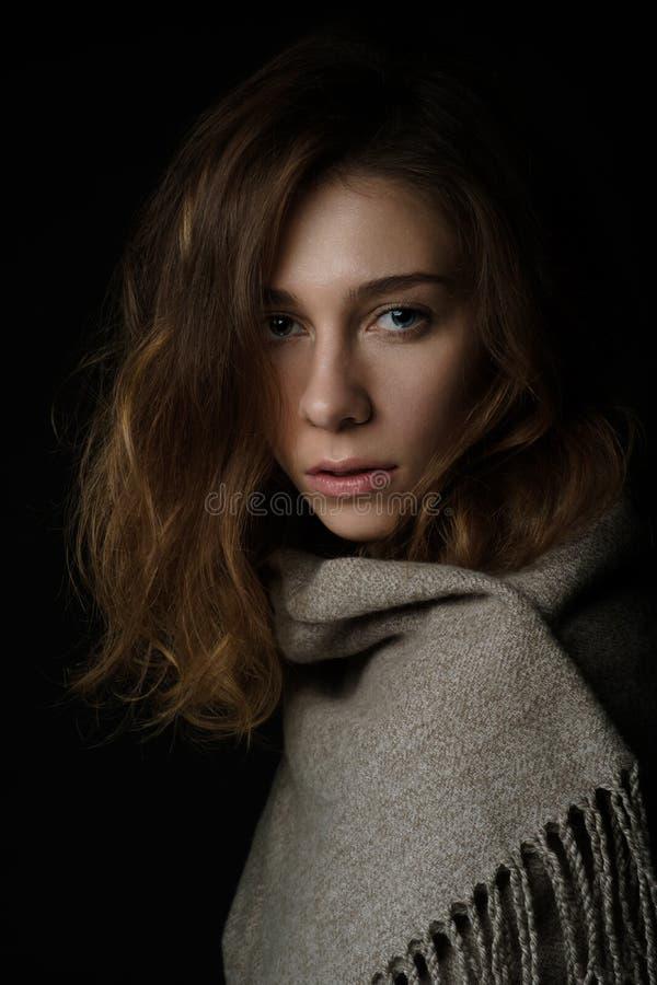 Närbildståenden av den unga kvinnan med långt hår täckas med en halsduk royaltyfri fotografi
