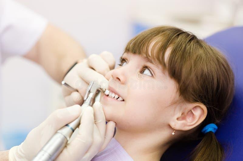 Närbildtandläkaretillvägagångssätt av tänder som polerar med rengöring royaltyfri bild