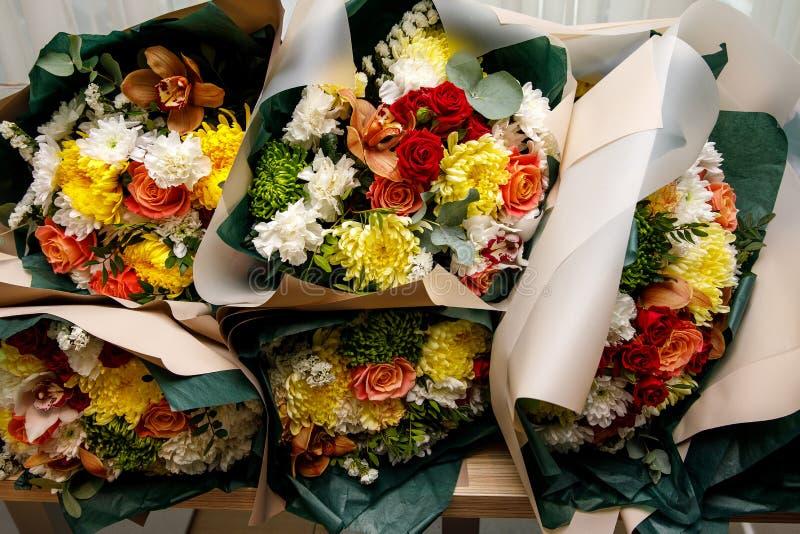 Närbildtextur, bakgrund av blommor Bukett av blommor - gerbera, nejlika, rosor arkivfoto