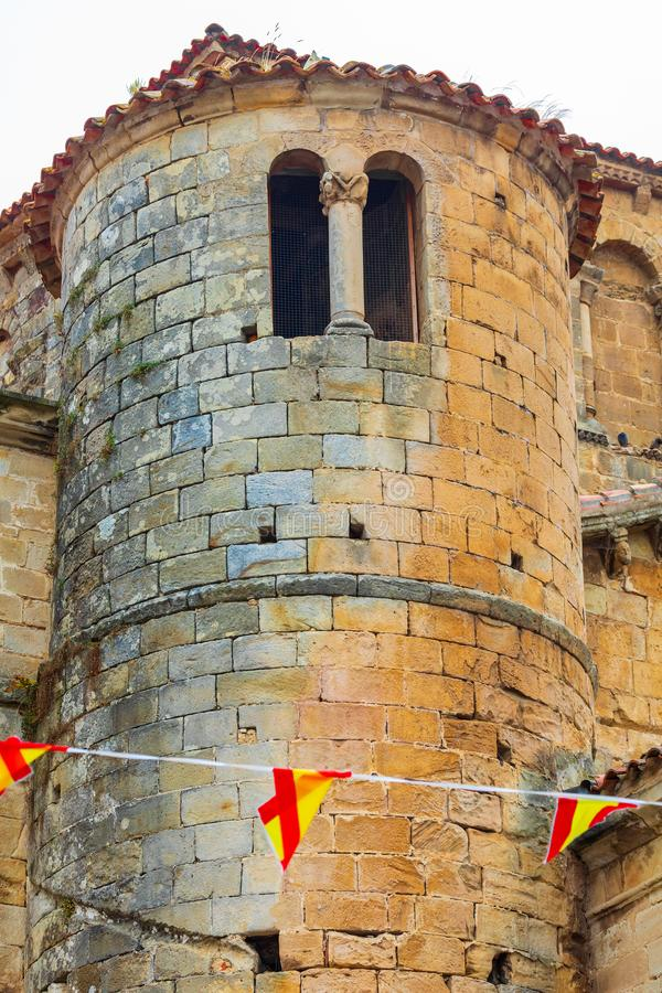 Närbildtorn av den college- kyrkan av Santillana Del Mar Cantabria - Spanien Medeltida by arkivfoto