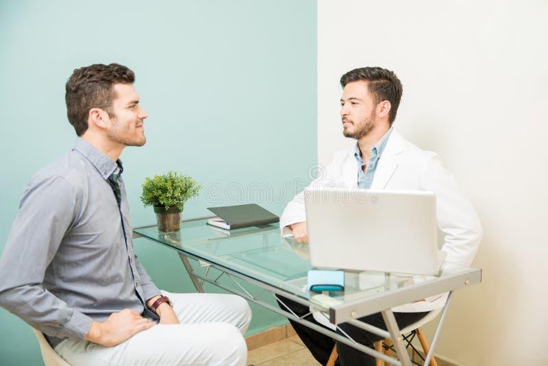 Näringsfysiolog som talar till en patient royaltyfri fotografi