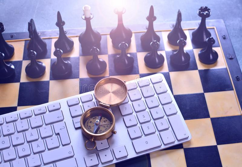 Näringslivsutvecklingstrategi och riktningsbegrepp med det schack-, kompass- och datortangentbordet royaltyfria bilder