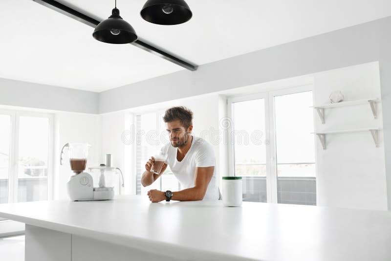 Näringtillägg Man som dricker proteinskakan för genomkörare fotografering för bildbyråer