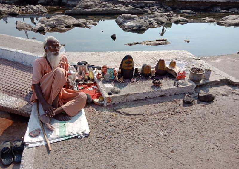 Närliggande flod för gamal man av Indien gatastående arkivfoto