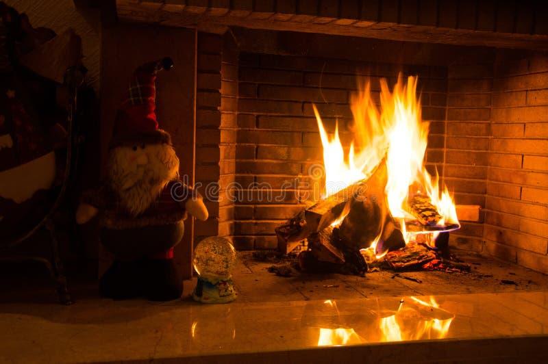 Närliggande spis och Santa Claus royaltyfria foton