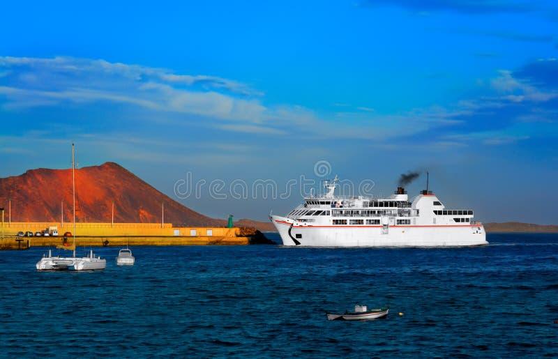närmande sig fartygfärjapir royaltyfri foto