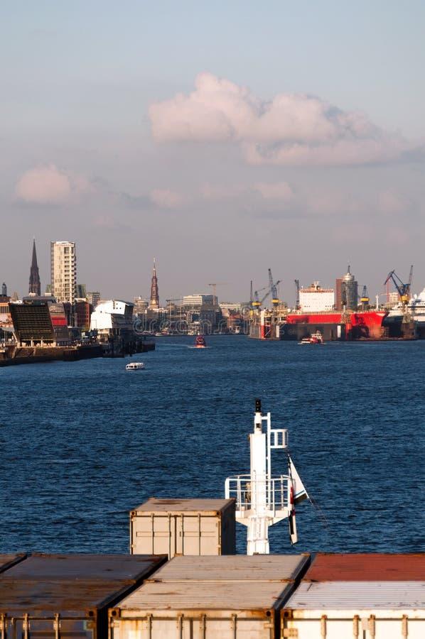 Download Närmande sig hamburg hamn fotografering för bildbyråer. Bild av fraktbåt - 19794649