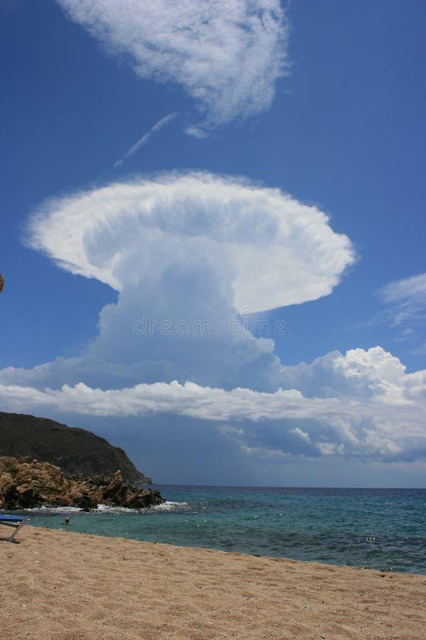 närmande sig thunderstorm arkivbilder