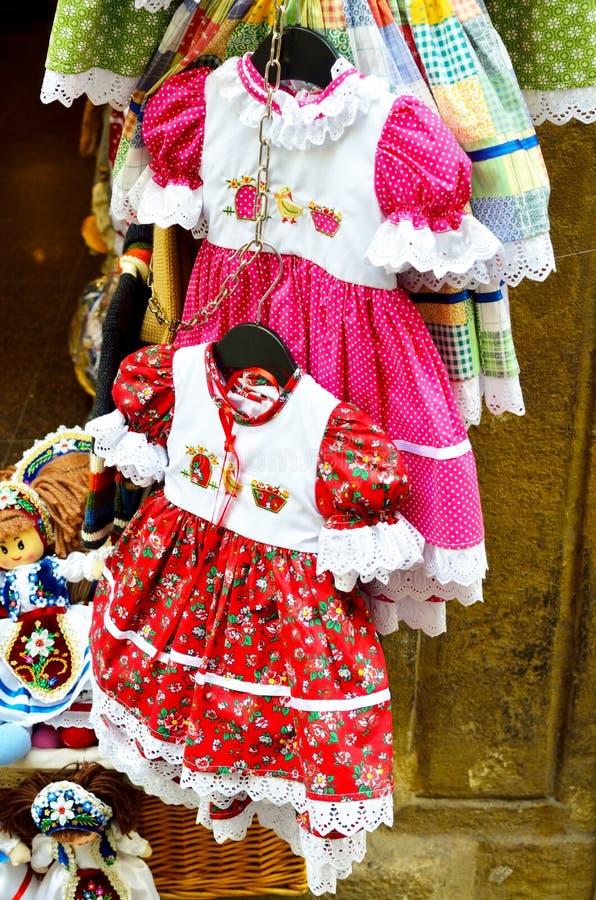 Närmare detaljen klär för små flickor i den Prague staden royaltyfri foto