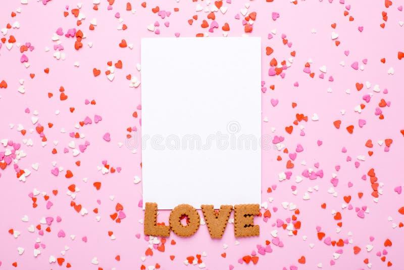 Närvarande kort med bokstavskakaförälskelse och rosa färger, röda hjärtor på rosa bakgrund royaltyfri bild