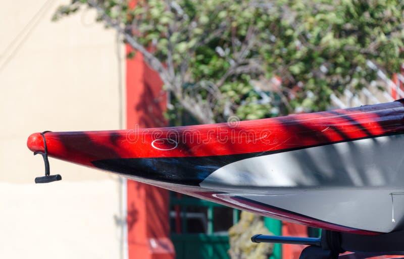 Näsa av en röd kanot som sitter på en bil som parkeras på Fisgard arkivbild