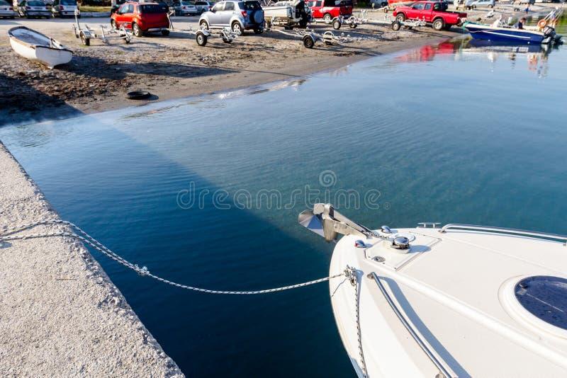 Näsa av ett fartyg, parkerad liten yacht arkivbilder