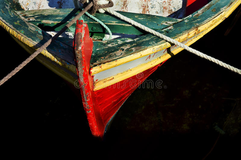 Näsan av fartyget och binder med rep fotografering för bildbyråer