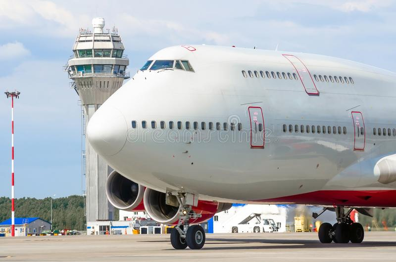 Näscockpitpilot av flygplanet på landningsbanan på flygplatsatc-tornet arkivfoton
