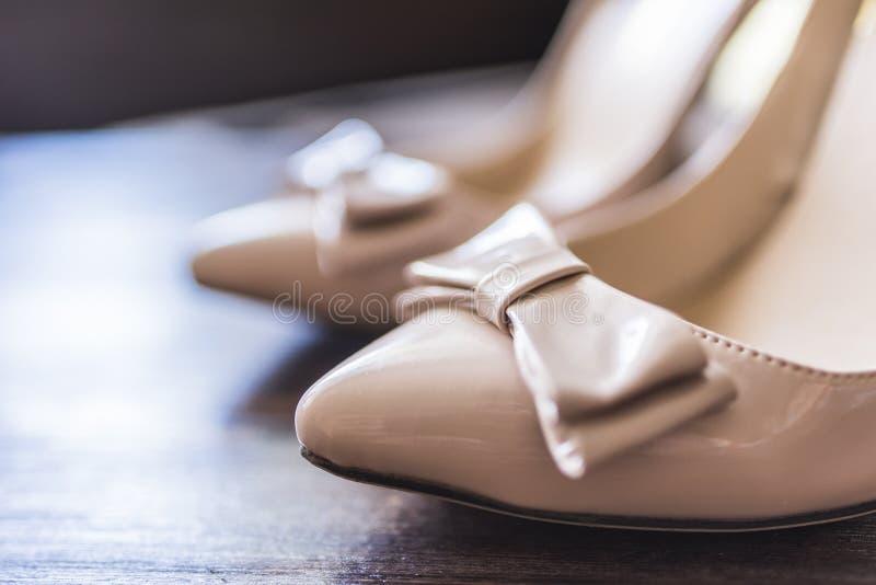Näsor av women& x27; s-skor med en pilbåge royaltyfri fotografi