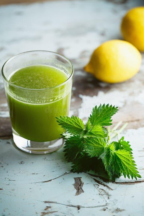 Nässla och citronjuice royaltyfria foton