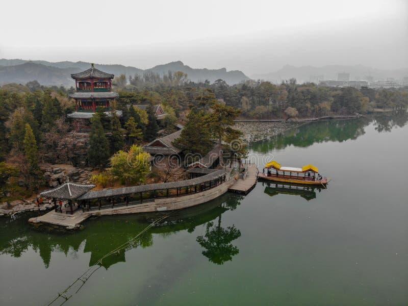 Nästa små paviljonger för flyg- sikt sjön inom den imperialistiska sommarslotten royaltyfri foto