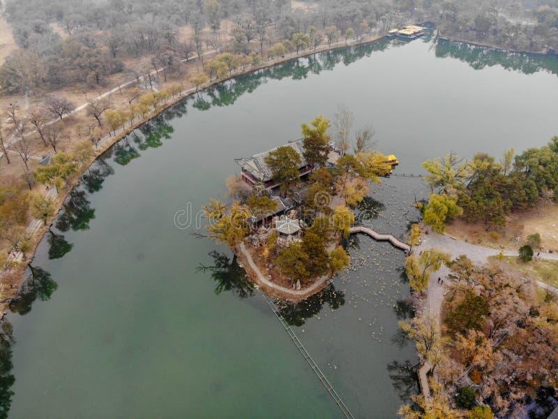 Nästa små paviljonger för flyg- sikt sjön inom den imperialistiska sommarslotten royaltyfri fotografi