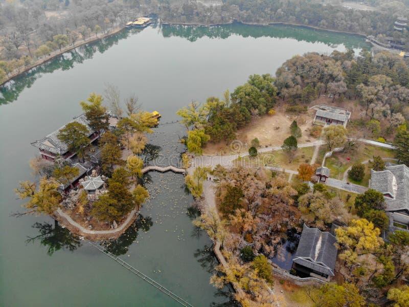 Nästa små paviljonger för flyg- sikt sjön inom den imperialistiska sommarslotten arkivfoto