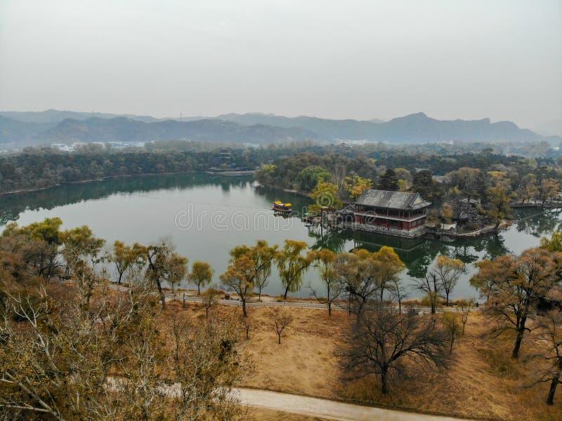 Nästa små paviljonger för flyg- sikt sjön inom den imperialistiska sommarslotten arkivfoton