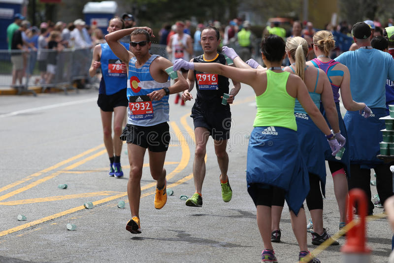 Nästan 30000 löpare deltog i den Boston maraton på April 17, 2017 i Boston royaltyfria foton
