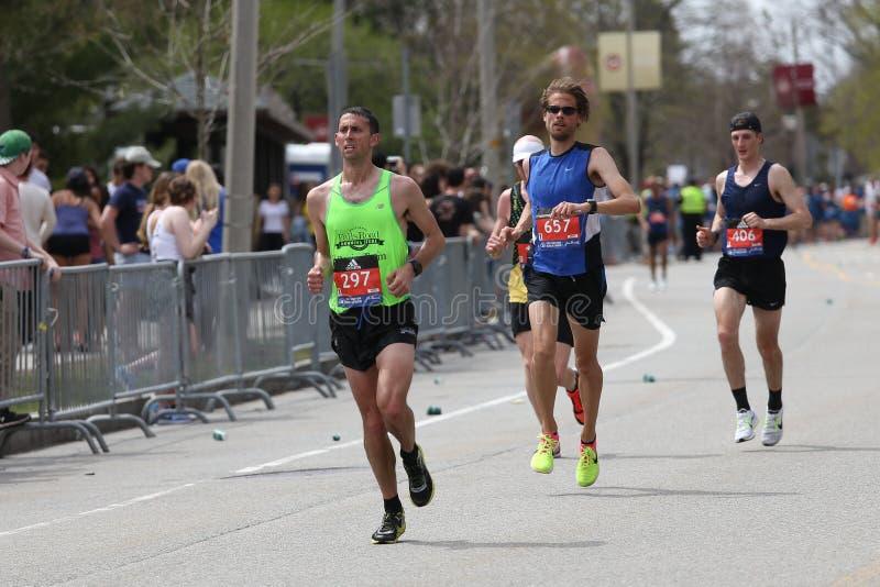 Nästan 30000 löpare deltog i den Boston maraton på April 17, 2017 i Boston arkivbild