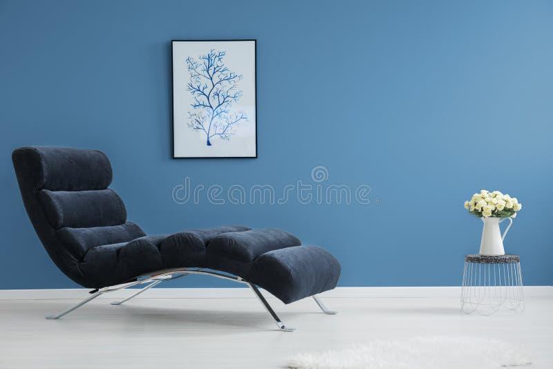 Nästan sammanlagd blå inre royaltyfri bild
