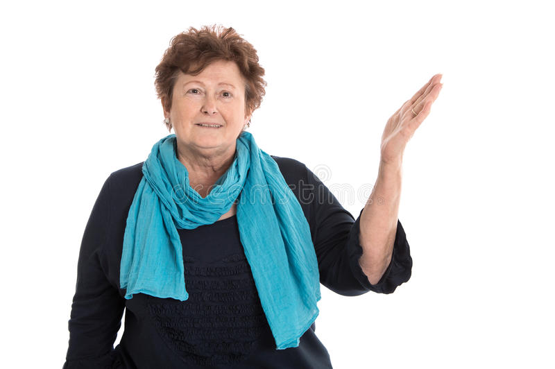 Nätt äldre isolerad kvinna i blått som framlägger över vit med H royaltyfria foton