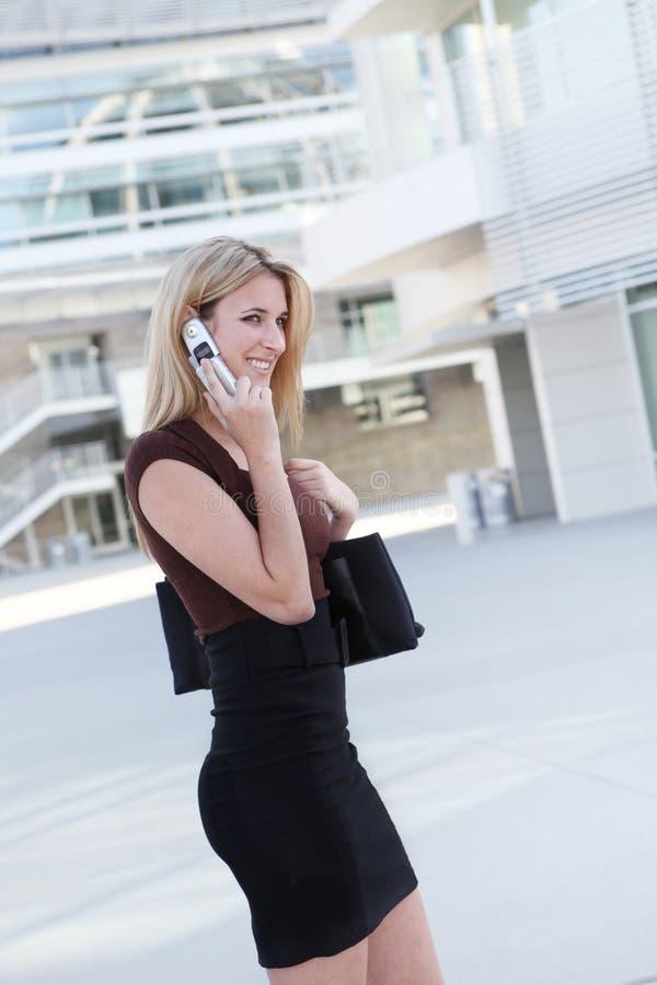 Nätt affärskvinna på telefonen royaltyfri bild