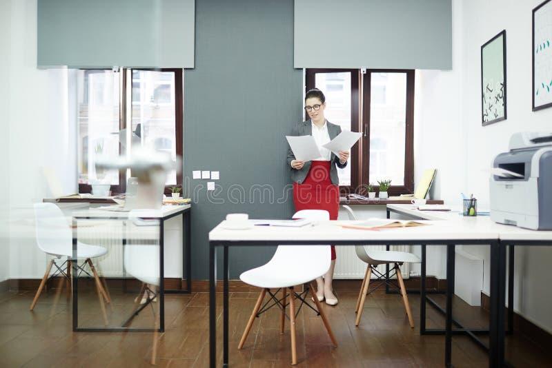 Nätt affärskvinna som gör skrivbordsarbete royaltyfri bild