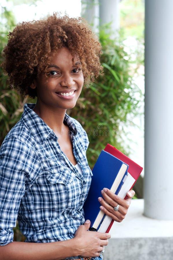 Nätt afrikansk amerikanhögskolestudent royaltyfria bilder