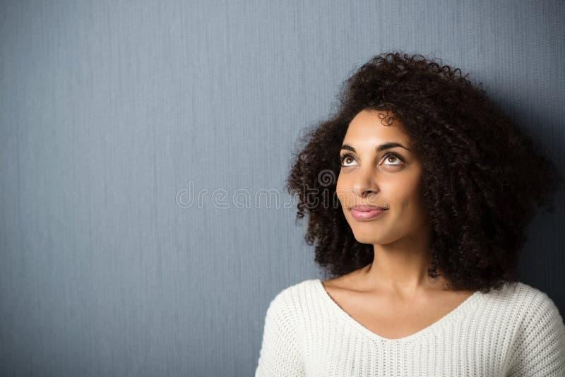 Nätt afrikansk amerikankvinna royaltyfri bild