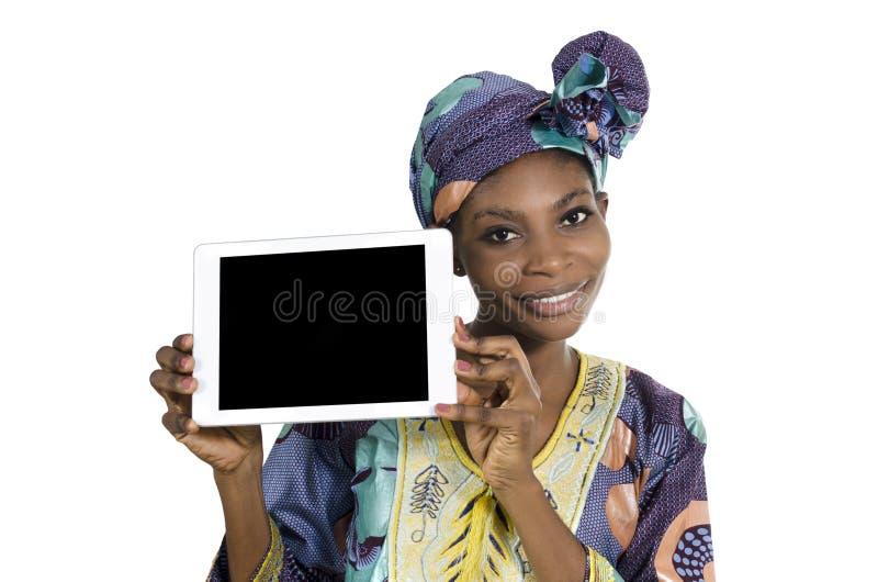Nätt afrikansk kvinna med minnestavlaPC, utrymme för fri kopia fotografering för bildbyråer