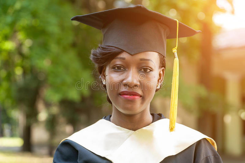 Nätt afrikansk kvinnlig högskolakandidat royaltyfria bilder