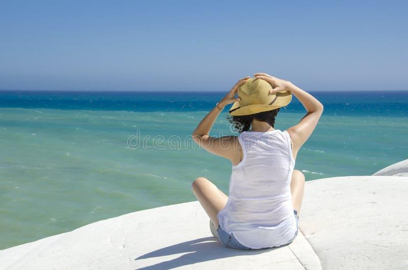 Nätt anseende för ung kvinna på stranden arkivbilder