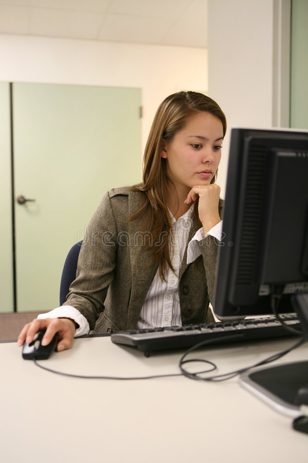 nätt användande kvinna för dator royaltyfri bild