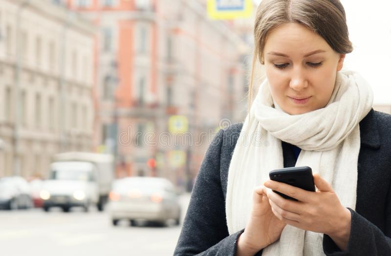 nätt användande kvinna för mobil telefon royaltyfri foto