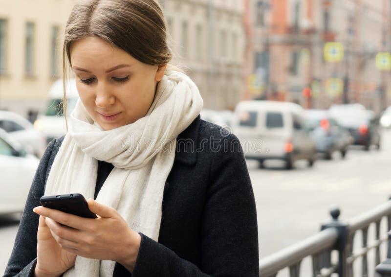 nätt användande kvinna för mobil telefon fotografering för bildbyråer