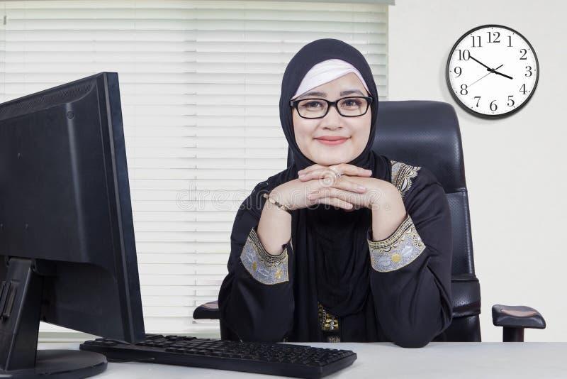 Nätt arabisk kvinna som ler i kontoret royaltyfria foton