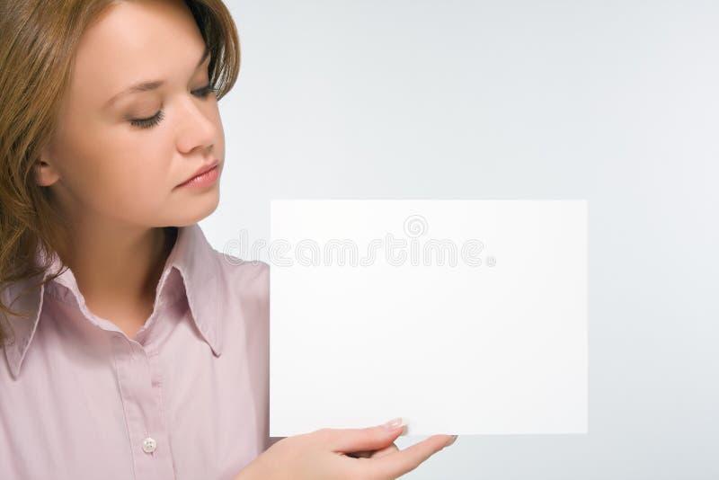 nätt ark för flickaholdingpapper fotografering för bildbyråer